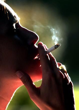 Una mujer fuma un cigarrillo, en una imagen de archivo.
