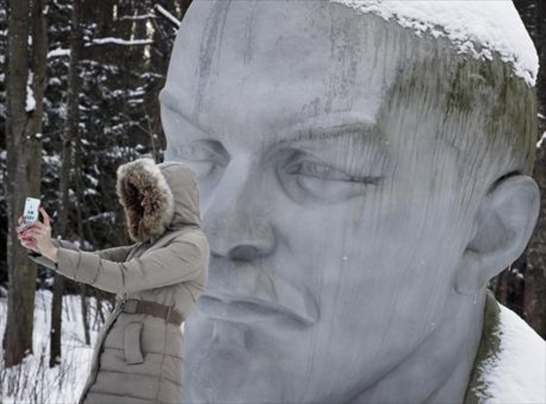 Fundador de la URSS 8 Una mujer se hace un selfi ante una estatua de Lenin cerca de San Petersburgo.