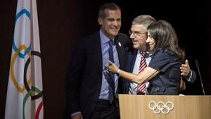 El alcalde de Los Ángeles, Eric Garcetti, junto con Thomas Bach (COI) y la alcaldesa de París, Anne Hidalgo, el pasado 11 de julio en Lausana.