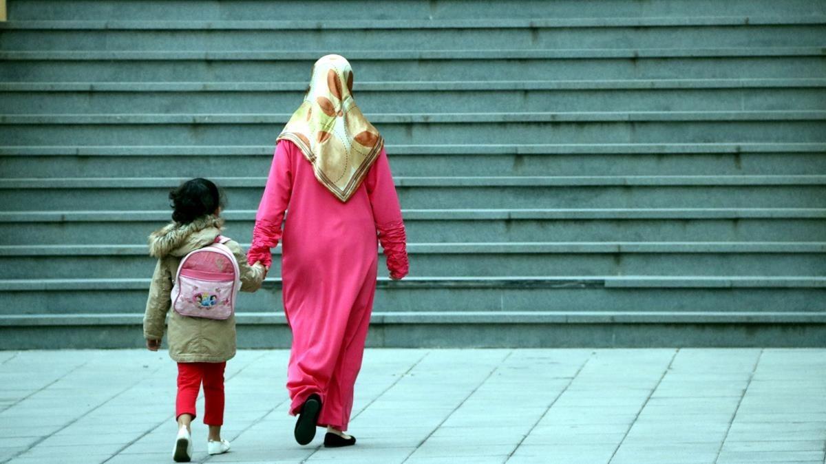 zentauroepp40071292 una mare i un fill van cap a escola en un centre educatiu de170912111917