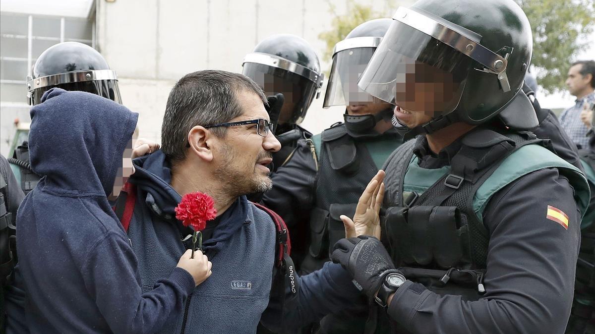 Enfrentamientos entre votantes y agentes en Sant Julià de Ramis.