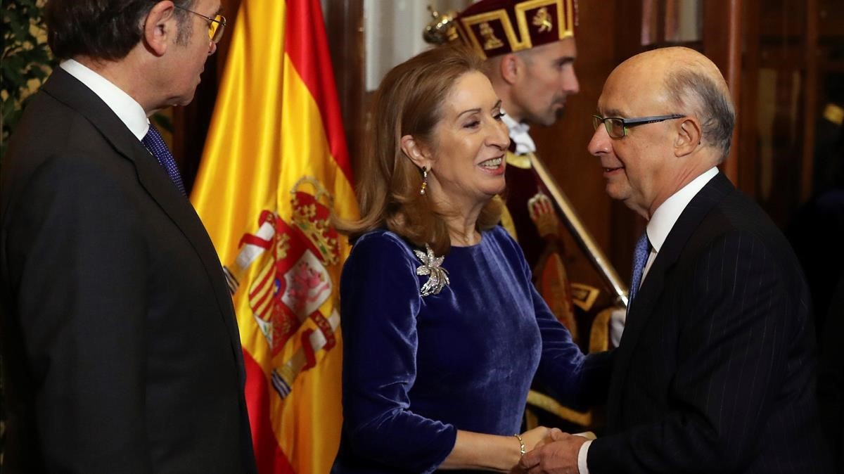 El presidente de Senado y la presidenta de la Cámara Baja, saludan a Cristobal Montoro.