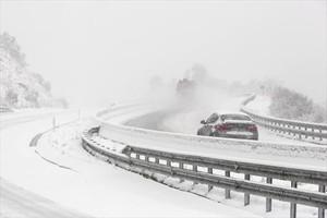 Abundancia de nieve en el Eix Transversal a la altura de Sant Miquel de Cladells, ayer.