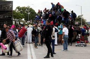 Integrantes de la caravana migrante continuan su marcha por la ciudad de Guadalajara en el estado de JaliscoMexico.De manera dispersala caravana de migrantes centroamericanos retomo su marcha rumbo al norte convencida de llegar a Tijuanalugar desde el cual quieren pedir asilo a Estados Unidos pese a que el presidente de ese paisDonald Trumpha endurecido este tramite.EFE Francisco Guasco