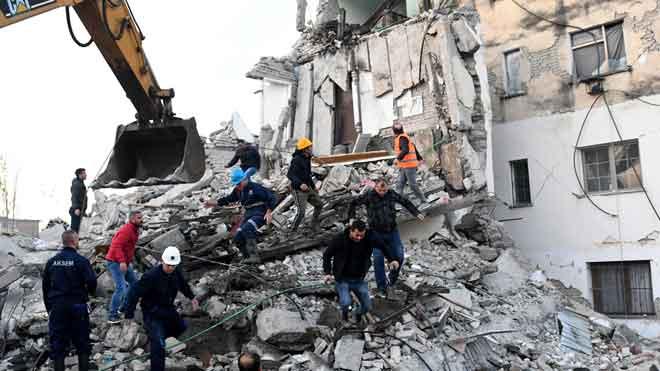 Almenys set morts i centenars de ferits en un terratrèmol de magnitud 6,4 a Albània