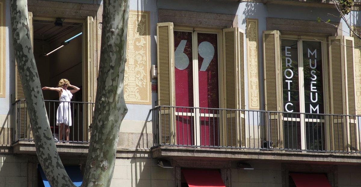 Marilyn nos saluda desde el balcón del museo.