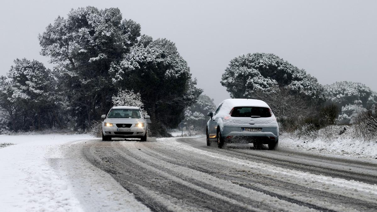 Dos cotxes circulenper una carretera de la Torre de Claramunt.
