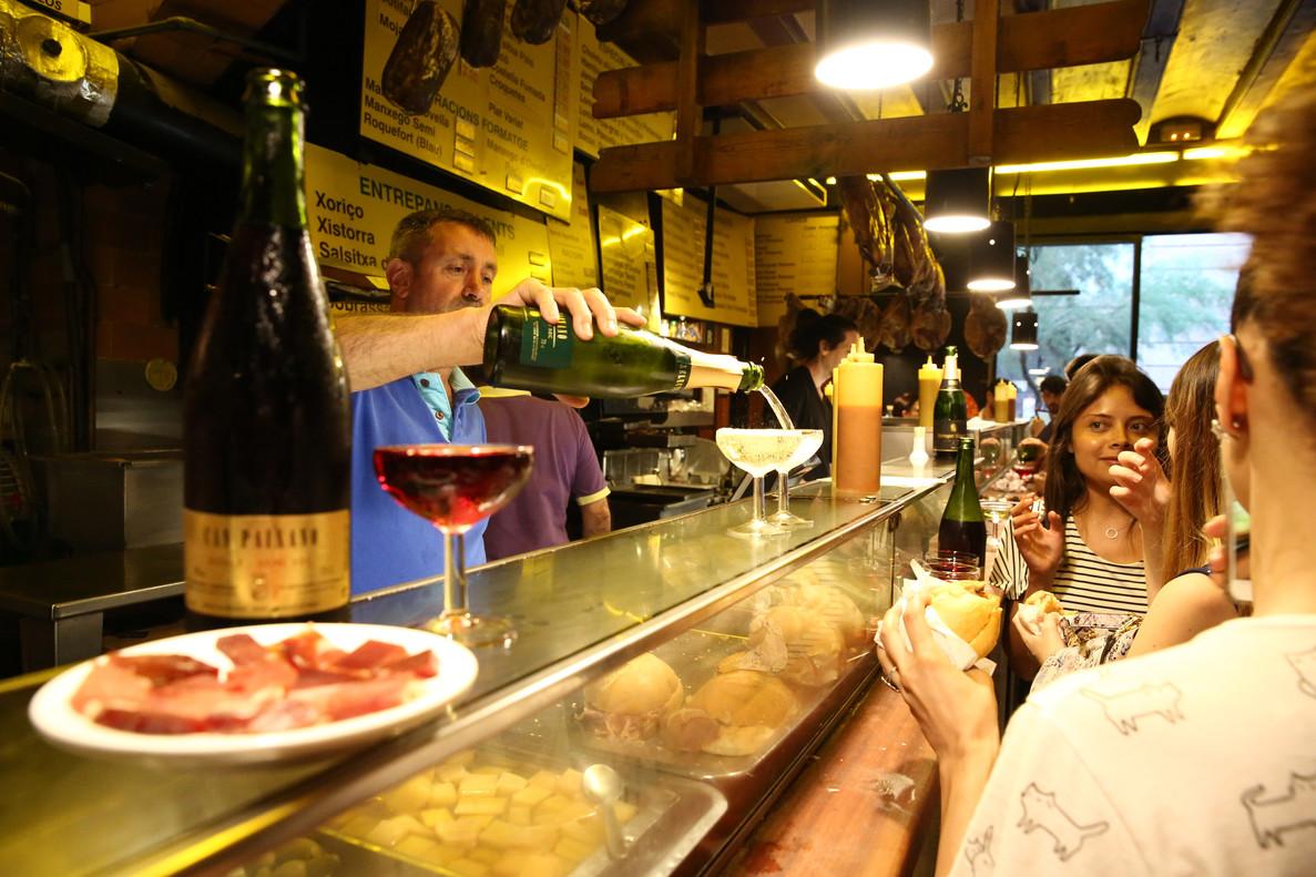 En la barra de Can Paixano se imponen los bocadillos de panceta, butifarra y morcilla.
