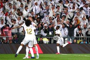 Marcelo celebra junto a Kroos (d) el gol de Vinicius ante el Barça.