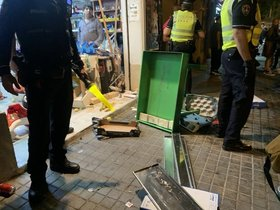 Una banda destrossa un súper de Barcelona i deixa ferits dos nens i el propietari