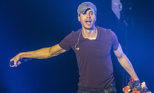 Enrique Iglesias torna a embolicar-se amb un 'playback'
