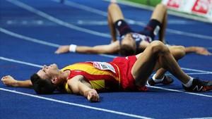 Adel Mechaal descansa, agotado, del esfuerzo del 10.000.