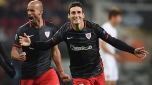 Aduriz celebra uno de los tres goles que marcó en Vallecas