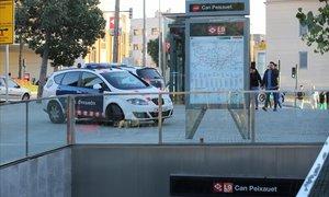 Agentes de los Mossos enla estación de metro de Can Peixauet, en Santa Coloma de Gramenet.