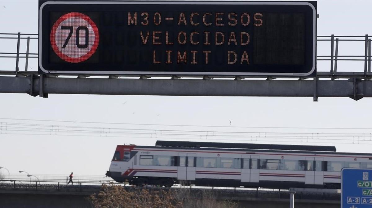 Paneles informativos sobre las restricciones de velocidad en la M-30 de Madrid debido a la contaminación, en una imagen de diciembre.
