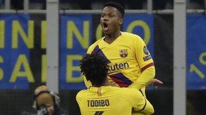 Ansu Fati, aupado por Todibo, tras marcar el 1-2 del Barça sobre el Inter.