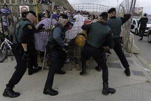 La Guardia Civil contienea porteadoras en la frontera de Ceuta.