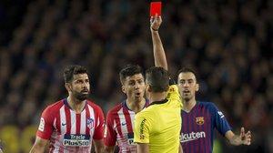 El árbitro Gil Manzano muestra la tarjeta roja a Diego Costa por insultar a su madre.