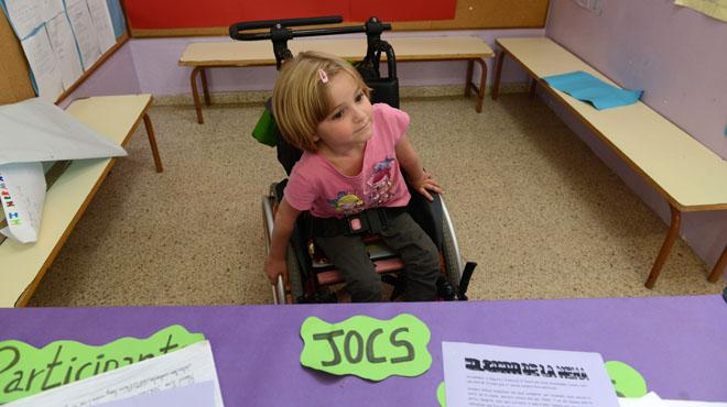 Marina tiene 5 años y va en silla de ruedas. Sus familiares y compañeros de escuela se han movilizado para que el colegio Baldiri Reixac de Badalona, donde estudia, instale un ascensor que el año que viene le permita ir a clase.