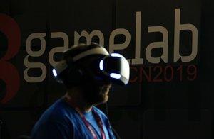 Un asistente al congreso Gamelab con unas gafas de realidad virtual a la edición 2019.