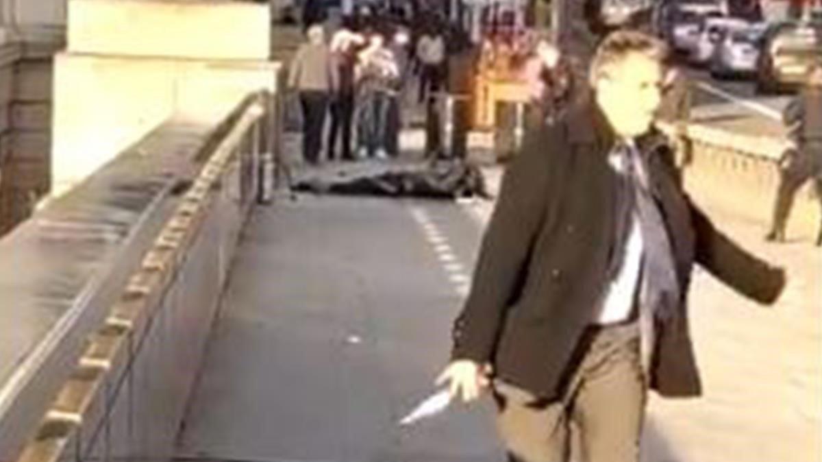 Un transeúnte le quita el cuchillo al terrorista en el atentadodel puente de Londres