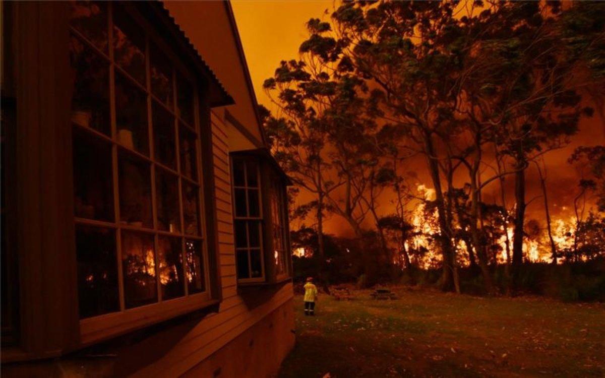 Incendios forestales en Australia llegan a zonas habitadas.