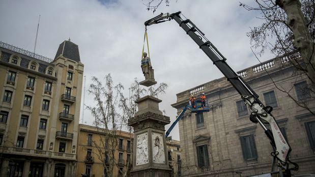 Un momento de la retirada de la estatua.