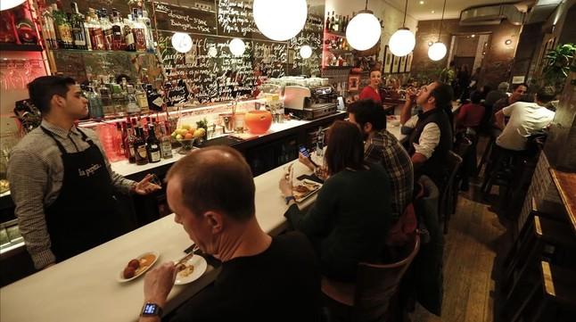 La Pepita, una de las barras de moda para vermuts y tapas en la calle de Côrsega.