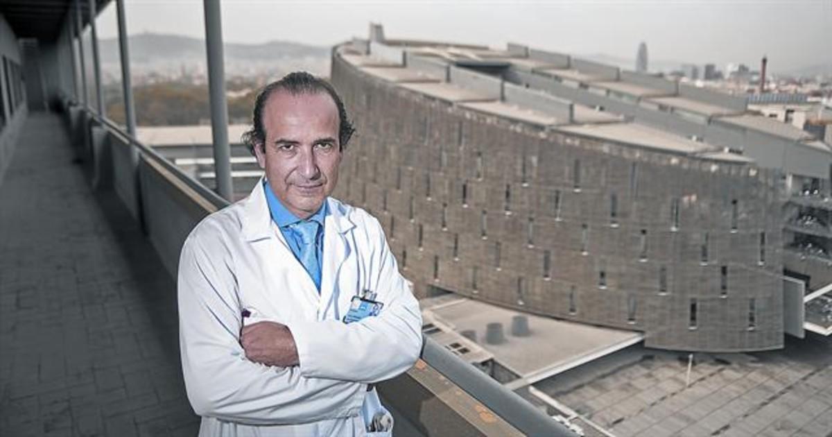 ONCÓLOGO. Joan Albanell, en el Hospital del Mar.