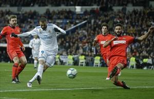 Benzema dispara a puerta con la oposición de Navas durante el partido contra la Real Sociedad.