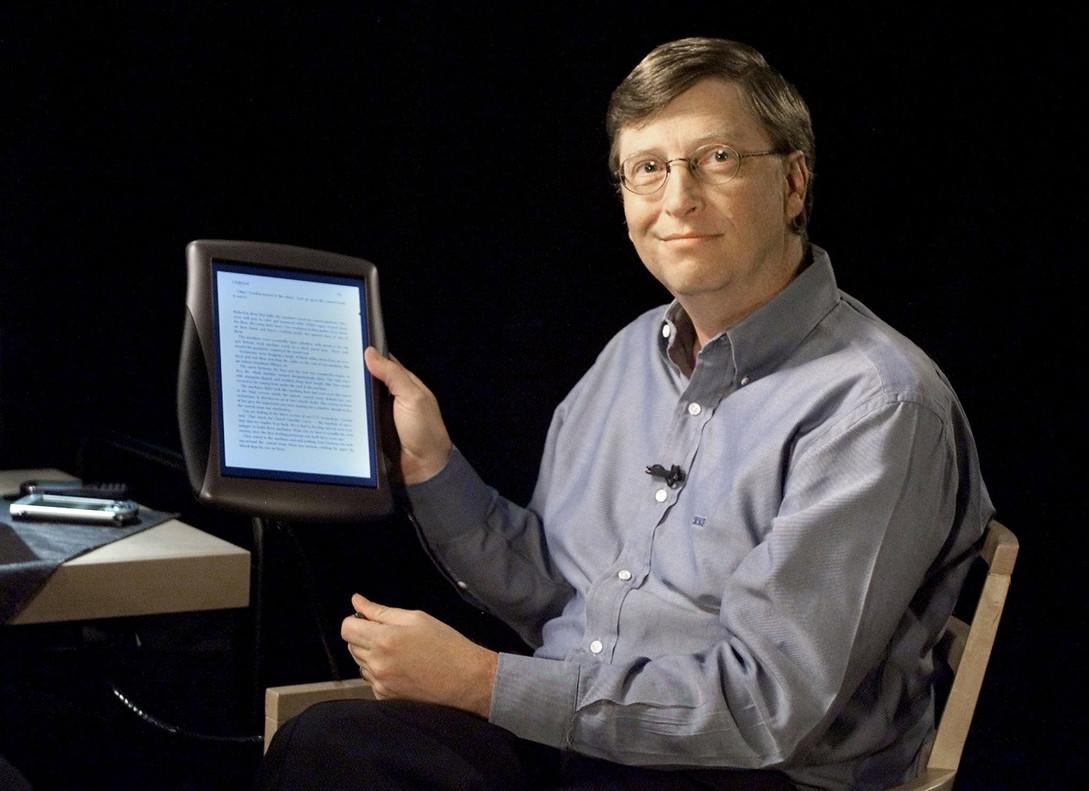 Bill Gates muestra el primer tablet que lanzó Microsoft en el 2000 con pantalla táctil.