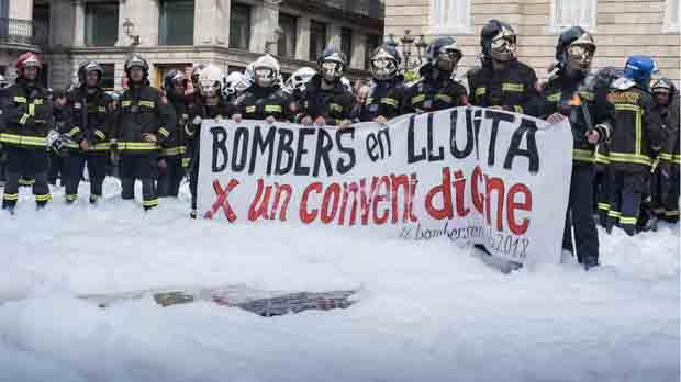 Durante la concentración han encendido bengalas y han hecho sonar sirenas y lanzado petardos para reflejar su malestar por las negociaciones.