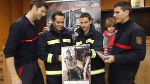 Podemos bloquea un calendario de bomberos solidario por divulgar un estricto canon de belleza