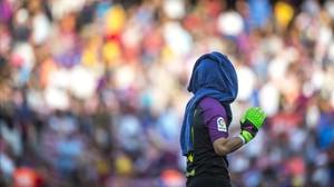 Bravo abandona el Camp Nou tras el partido contra el Betis.