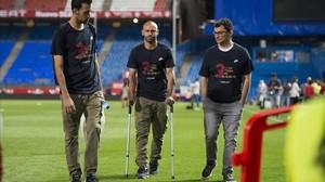 Busquets, Mascherano y Pruna, el médico del Barcelona, abandonan el Calderón.