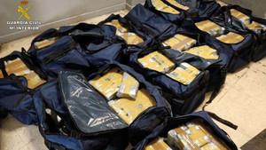 Desarticulación de un grupo criminal integrado por varios trabajadores del puerto de Algeciras, entre ellos cinco estibadores, que operaban para una amplia red de narcotraficantes, a los que ayudaban a introducir droga.