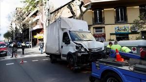 El camión que ha causado el atropello en la calle Aragó, en Barcelona.