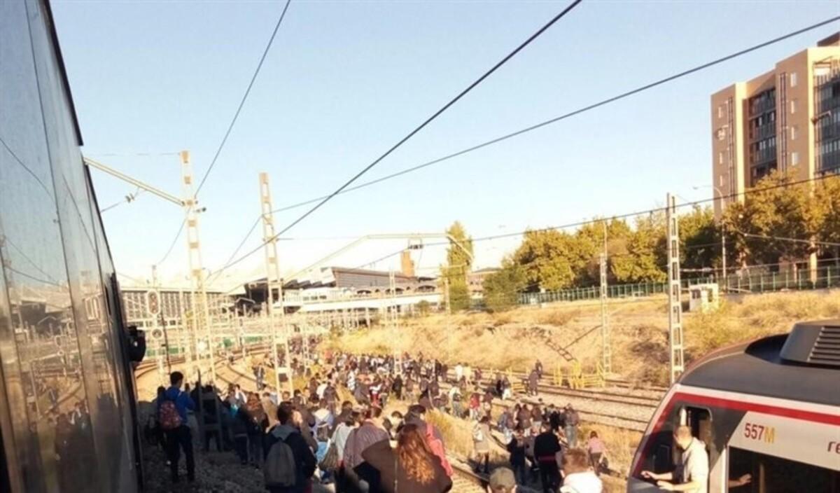 Viajeros de Cercanías Madrid se echan a las vías tras un colapso.