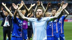 El capitán de Islandia, Aron Gunnarsson, celebra junto a su afición la victoria ante Inglaterra en octavos de la Eurocopa