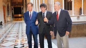 El presidentCarles Puigdemont recibe a los congresistas de EEUUDana RohrabacheryBrian Higgins, en el Palau de la Generalitat.