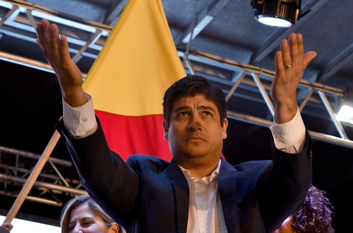 Carlos Alvarado celebra con sus simpatizantes su victoria en las elecciones de Costa Rica.