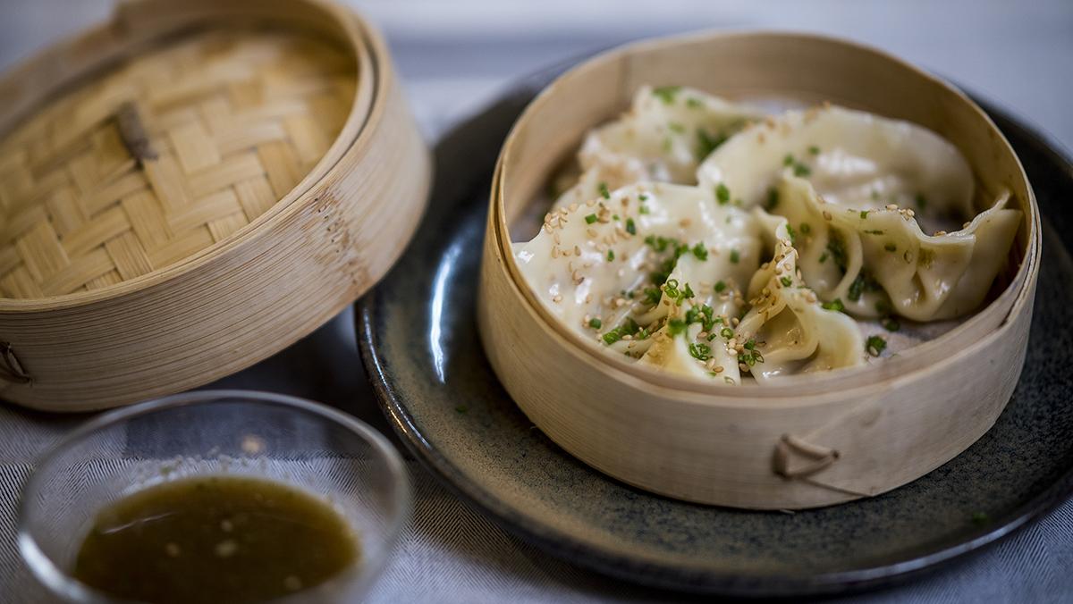 La chef del restaurante La Gormanda, Carlota Claver, explica cómoprepara las gyozas de carn dolla.