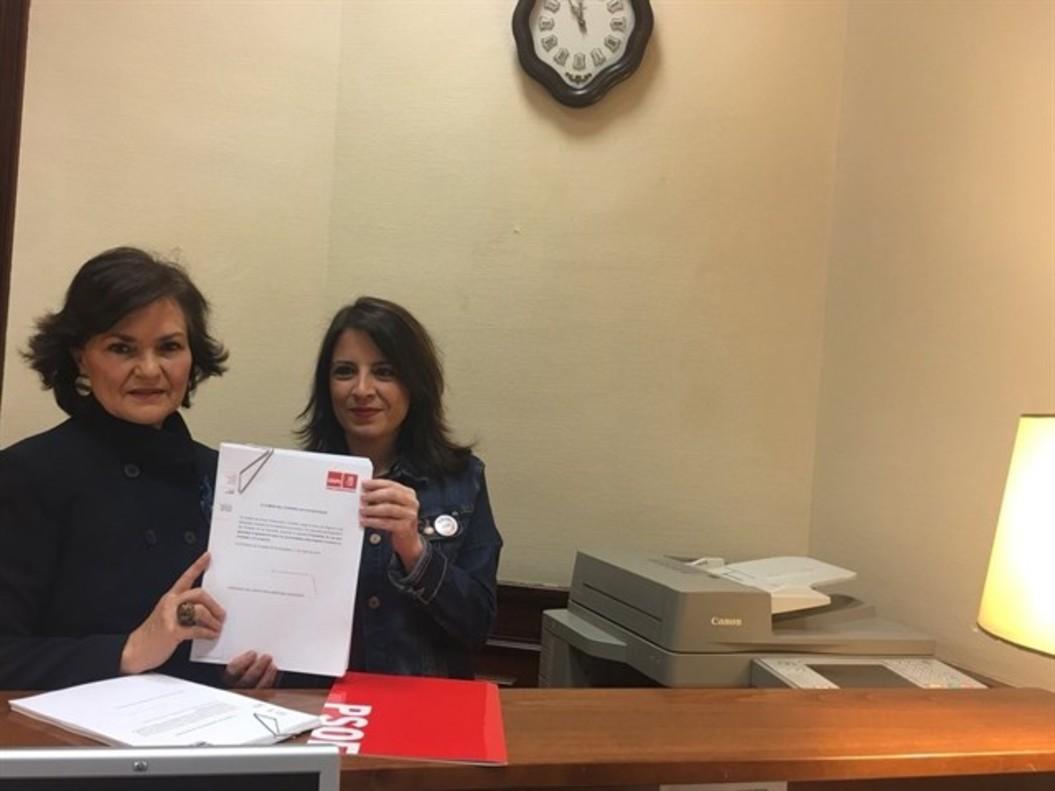 La secretaria de Igualdad del PSOE Carmen Calvo y Adriana Lastra.