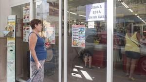 Un cartel solidario con Juana Rivas en la puerta un comercio de Maracena, en Granada.