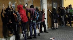 Casi un centenar de personas se han concentrado ante el local del banc expropiat y han golpeado las chapas metálicas con la que ha sido tapiado.