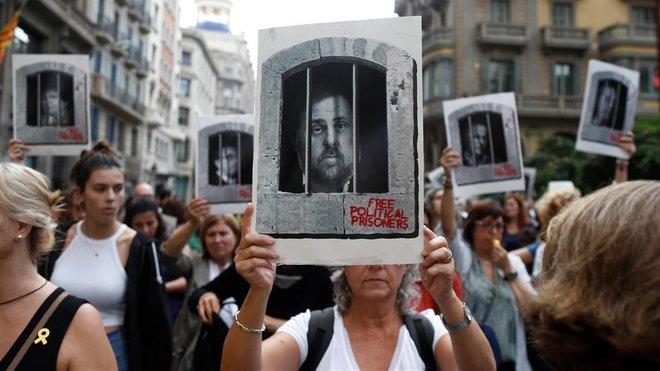 Centenares de personas cortan Via Laietana para protestar por la sentencia del 'procés', en la que se condena a los lideres independentistas a penas de entre 9 y 13 anos por un delito de sedicion, este lunes.