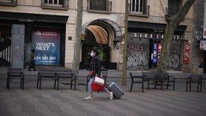 Negocios en el centro de Barcelona cerrados durante la pandemia del coronavirus.