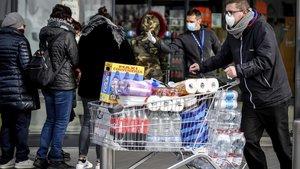 Un ciudadanoitaliano llena el carro de víveres ante la alerta por el coronavirus, en la localidad deCasalpusterlengo, en el norte de Italia.