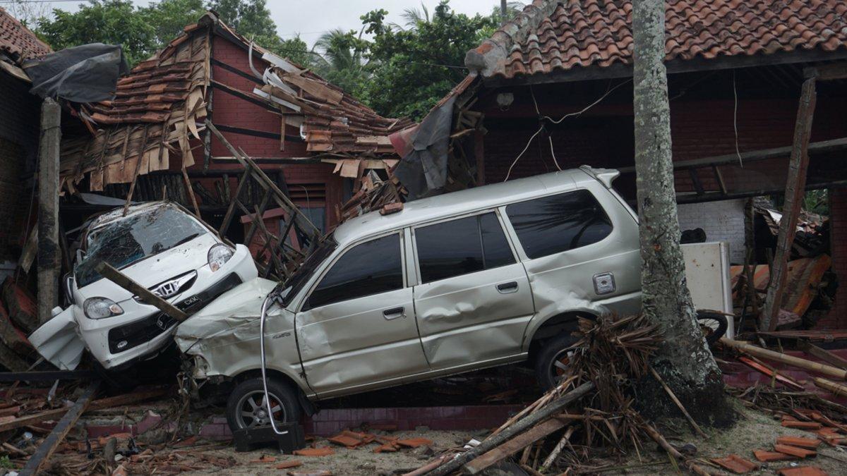 Vehículos atrapados por las aguas en Banten (Indonesia).