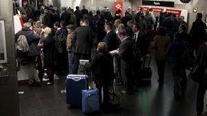 Colas de asistentes al Mobile World Congress para acceder al metro.